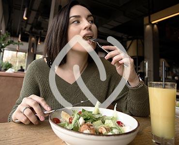 Jeun efemme qui mange lentement