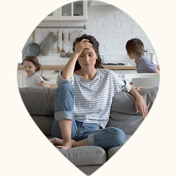 Jeune maman stressée par ses enfants