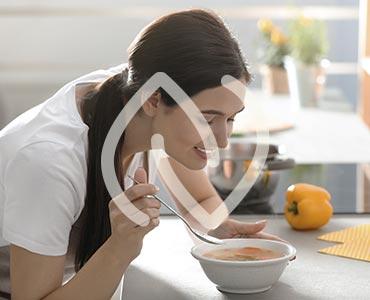 Jeune femme se préparant un bouillon