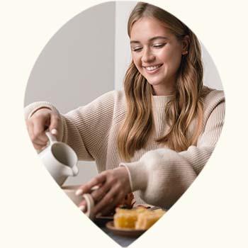 Jeune femme prenant son petit-déjeuner
