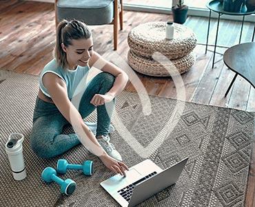 Jeune femme faisant une activité sportive dans son salon