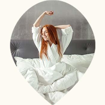 Jeune femme se réveillant d'un sommeil réparateur