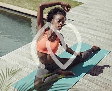 Jeune femme faisant une posture de yoga