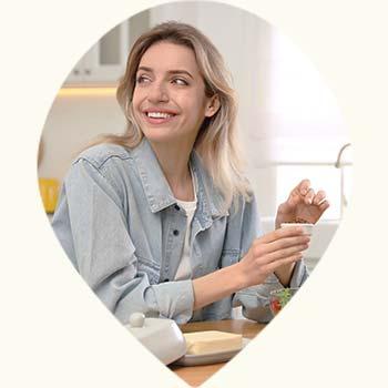 Jeune femme dégustant un café