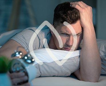 Homme regardant son réveil