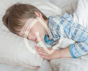 Garçon en train de dormir