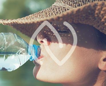 Jeune femme buvant de l'eau