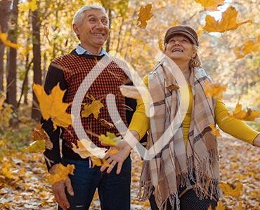 Couple de senior lors d'une balade automnale