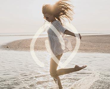 Jeune femme au bord de l'eau