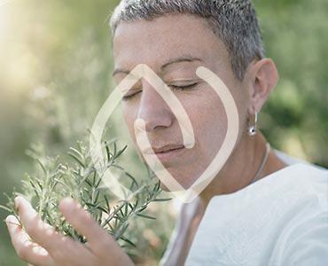 Femme respirant de l'herbe