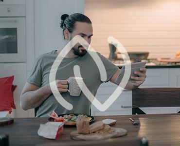 Homme relax prenant son petit déjeuner tranquillement