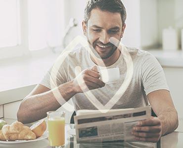 Homme prenant son petit-déjeuner