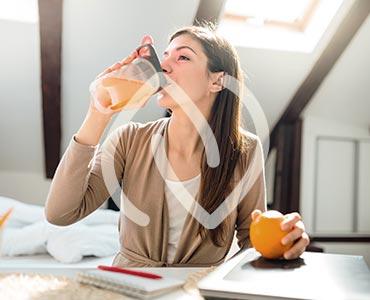 Jeune femme buvant un jus vitaminé